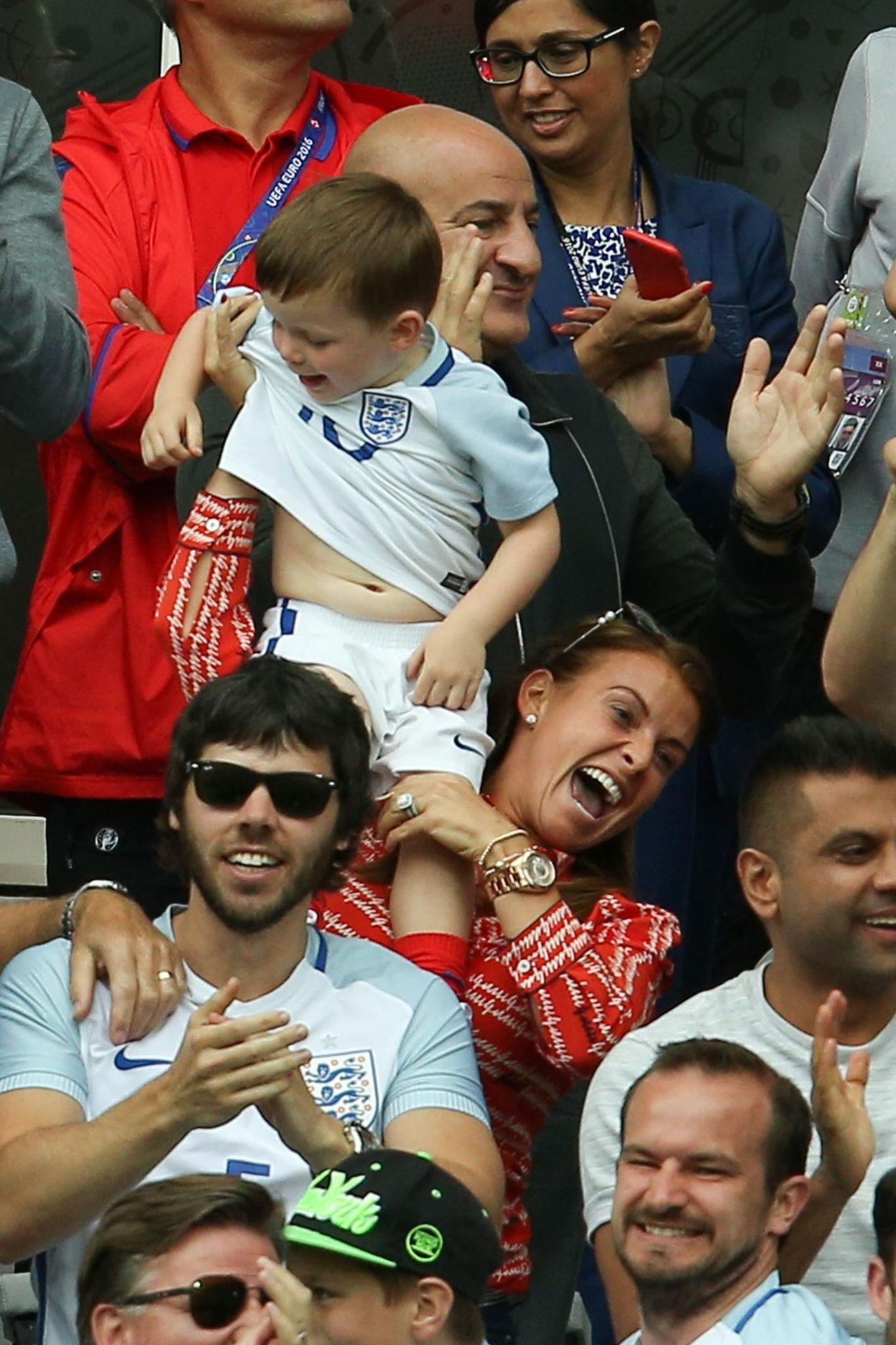 Coleen Rooney und Sohn Klay fiebern beim Spiel England gegen Wales auf der Tribühne mit.