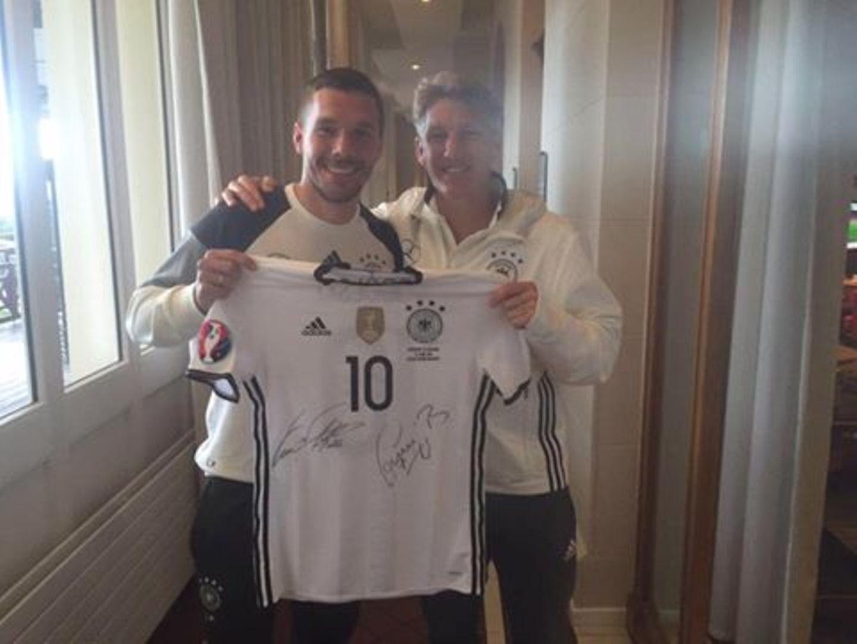 Was Besonderes zur Feier des Gruppensieges: Poldi und Basti versteigern ein signiertes Trikot.
