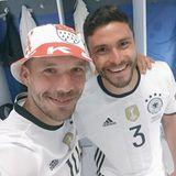 Jonas Hector schießt das alles entscheidende Tor im Elfmeterschießen gegen Italien und ist der Held des Abends. Lukas Podolski erinnert alle, dass auch Jonas, wie mal Lukas auch, für den Bundesligisten 1. FC Köln spielt.