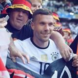 Der sympathische Nationalspieler Lukas Podolski stimmt die deutschen Fans schon mal für das Achtelfinalspiel gegen Italien ein!