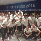 """""""Perfect start"""", schreibt Lukas Podolski nach dem Spiel zu diesem Teamfoto aus der Kabine."""
