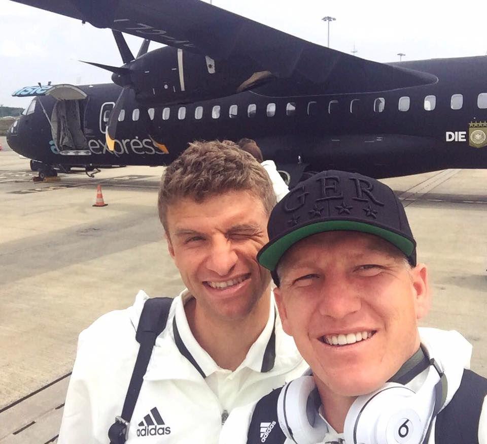 Thomas Müller und Bastian Schweinsteiger machen schnell noch ein Erinnerungsfoto vor dem Mannschaftsflieger.