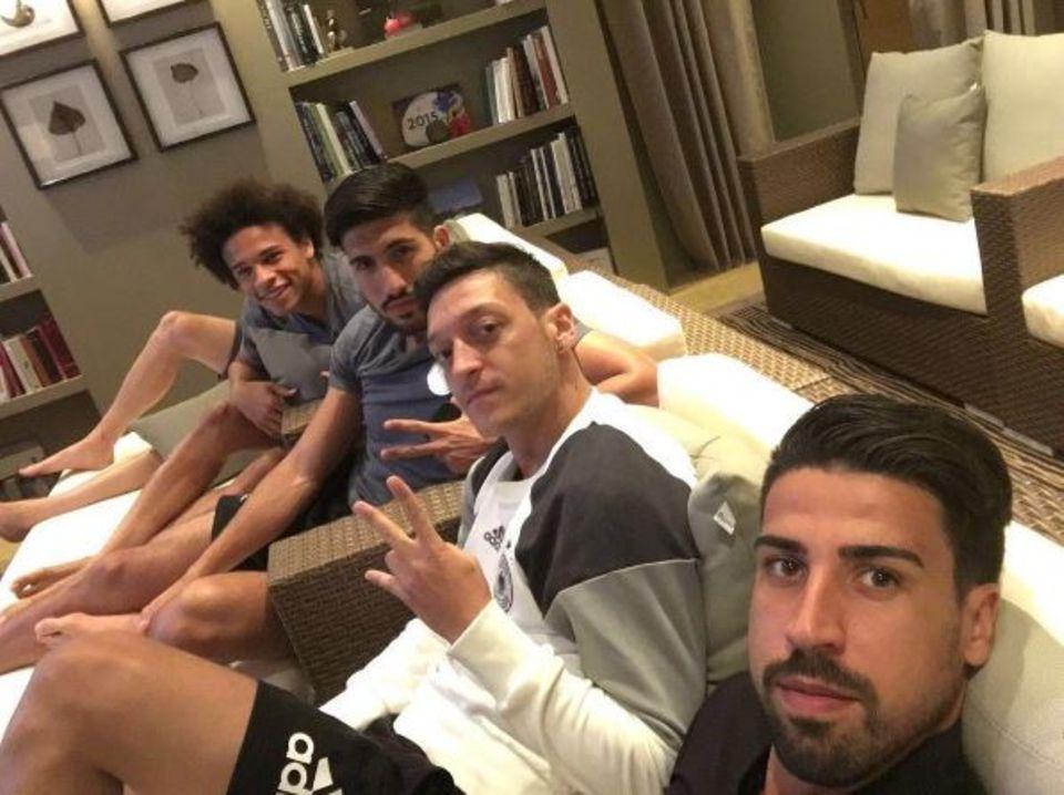 Sami Khedira schaut sich zusammen mit Mesut Özil, Leroy Sané und Emre Can das Spiel England gegen Island im TV an.
