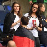 Jonas Hector und Julian Draxler können sich über Unterstützung vom Spielfeldrand freuen. Ihre Freundinnen Annika und Lena Stiffel feuern das deutsche Team beim Spiel gegen Nordirland an.