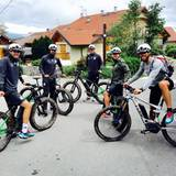 Mario Götze und ein paar Teamkollegen erkunden bei einer Fahrradtour die Gegend.