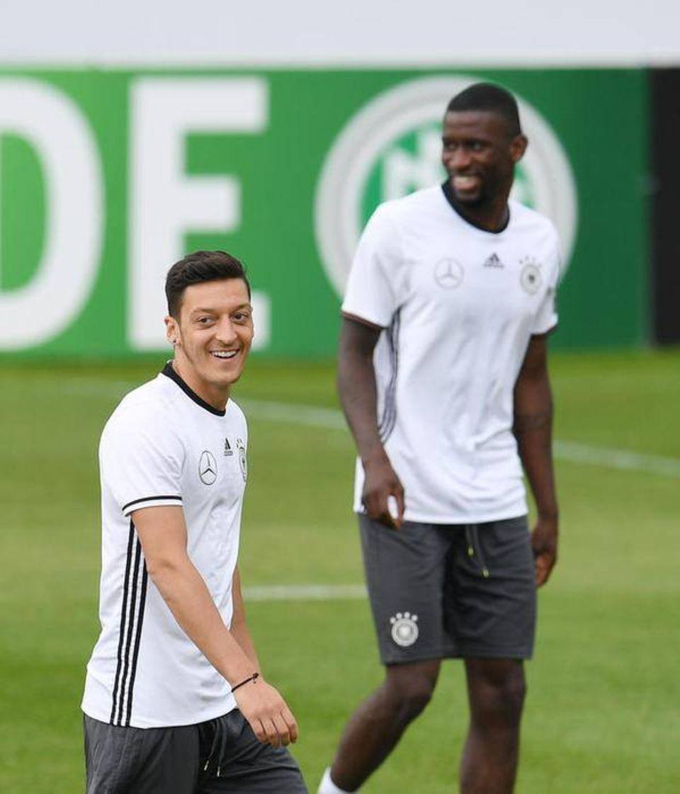 Mesut Özil wünscht mit diesem Foto Antonio Rüdiger gute Besserung, der im Training ein Kreuzbandriss erlitten hat und nun ausfällt.