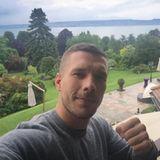 Nach der Geburt seiner Tochter in Köln ist Lukas Podolski nun auch bei der Mannschaft in Frankreich.