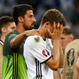 Sami Khedira, der wegen einer Verletzung nicht spielen konnte, tröstet Thomas Müller nach dem EM-Aus.