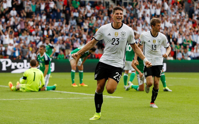 Mario Gomez feiert sein Tor gegen Nordirland. Weitere Tore sind in diesem Spiel leider nicht gefallen, trotzdem wird Deutschland Gruppenerster.