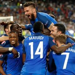 Die französische Nationalmannschaft freut sich über den Sieg. 2:0 gewinnen die Gastgeber gegen Deutschland. Antoine Griezmann schießt beide Tore.