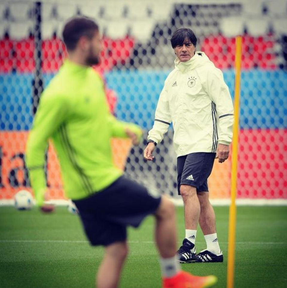 Wir drücken die Daumen, dass Trainer Jogi Löw zum Anpfiff des Spiels Deutschland gegen Nordirland in Paris wieder fit ist. Den Trainer hat eine Erkältung erwischt.