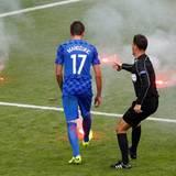 Beim Spiel Tschechien gegen Kroatien (endete 2:2) randalieren Fans der kroatischen Mannschaft. Es flogen mehr als ein Dutzend Bengalische Feuer auf den Rasen. Ein Böller explodierte direkt neben einem Ordner. Hoffentlich bleiben solche Bilder bei dieser Fußball-Europameisterschaft die Ausnahme.