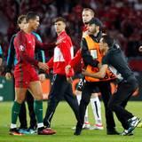 Als ein Fan auf das Spielfeld stürmt hält Cristiano Ronaldo die Ordner auf und macht noch schnell ein Selfie mit dem Flitzer.