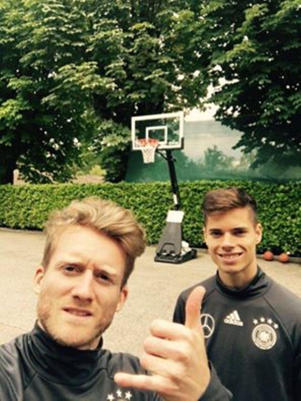 Die deutsche Nationalmannschaft hat einen freien Tag. André Schürrle und Julian Weigl nutzen die Zeit und werfen ein paar Körbe.