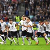 Die Spannung fällt endlich ab und entlädt sich in einer Mischung aus Jubel und loslaufen bei den Nationalspielern nach dem nervenaufreibenden Elfmeterschießen gegen Italien.