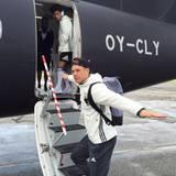 Abflug zum Achtelfinale: Ein gut gelaunter Manuel Neuer steigt in den Flieger nach Lille