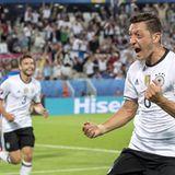 Mesut Özil freut sich über seinen Führungstreffer. Im Hintergrund sieht man Jonas Hector, der später eine wichtige Rolle im Spiel gegen Italien spielen wird.