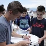 Toni Kroos verteil noch schnell Autogramme für seine jungen Fans.