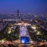 Mehr als 80.000 Besucher kommen zu der großen Eröffnungsfeier der Fanmeile am Eiffelturm.
