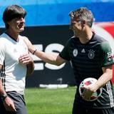 Der Trainer und sein Kapitän: Die Stimmung ist einen Tag nach dem Sieg gegen die Slowakei ausgelassen.