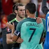 Aus der Traum vom Finale. Gareth Bale ist die Enttäuschung sichtlich ins Gesicht geschrieben. Cristiano Ronaldo nimmt seinen Teamkollegen von Real Madrid in die Arme.