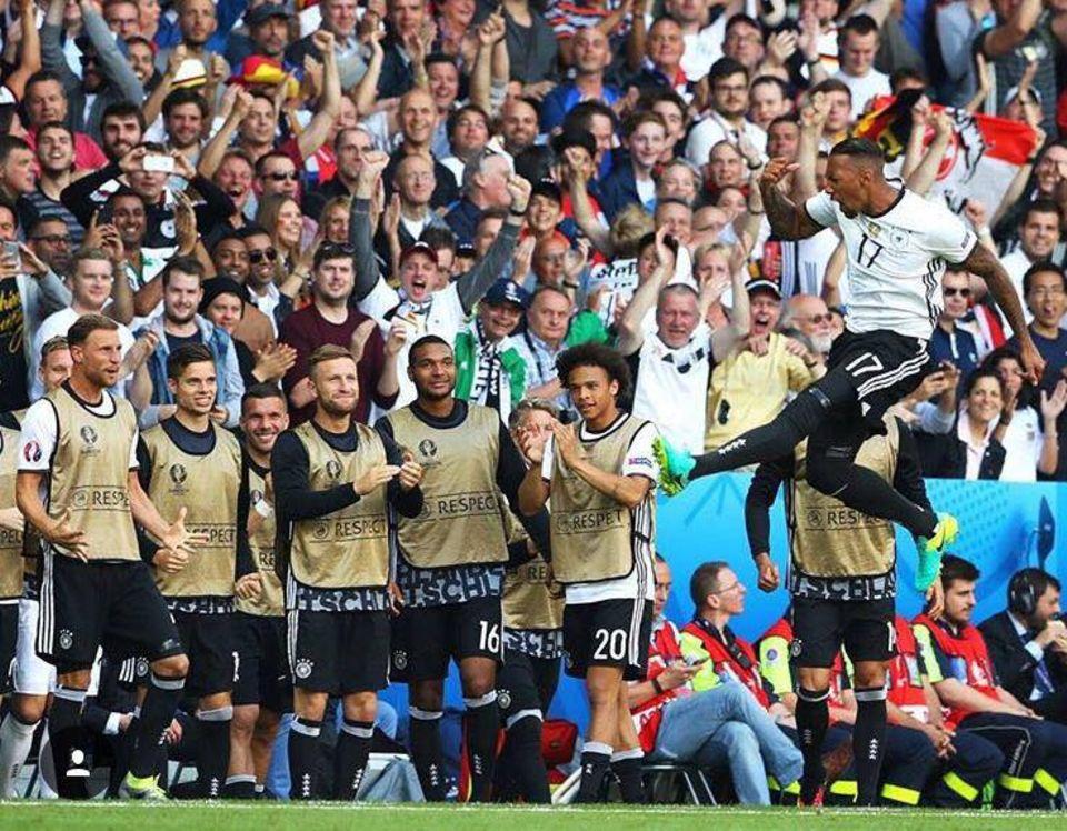Freundensprung: Jérôme Boateng fällt die Last ab und er reagiert richtig emotional auf seinen gelungen Elfmeter.