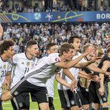 Nach dem spannenden Spiel gegen den Angstgegner Italien bedanken sich die Spieler bei ihren Fans.