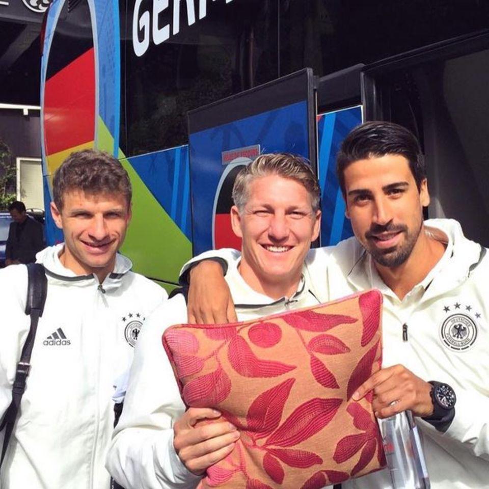 Nächste Station heißt Paris: Um auf der Reise erholsamen Schlaf zu bekommen, hat Bastian Schweinsteiger sein eigenes Kissen dabei und wird dafür von seinen Teamkollegen Thomas Müller und Sami Khedira belächelt.