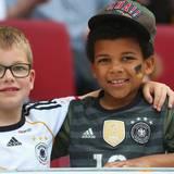 Mario Götze wünscht allen eine friedvolle EM und postet dieses entzückende Foto von zwei kleinen Jungs, die sich sehr auf das Turnier freuen!