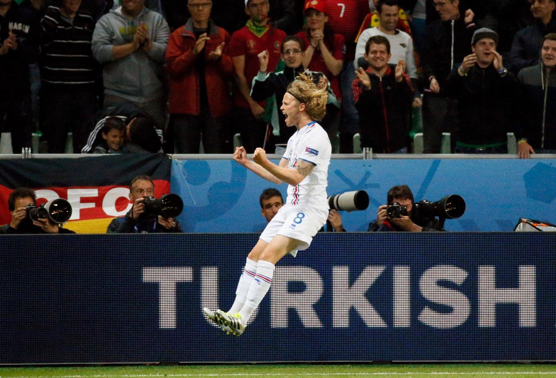 Der Torschütze Birkir Bjarnason freut sich über sein Tor gegen Portugal.