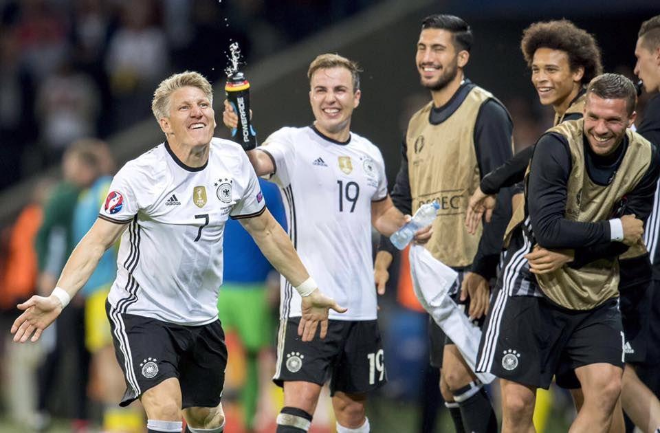Große Freude: Mario Götze und die Spieler auf der Bank feiern Bastian Schweinsteigers Tor!
