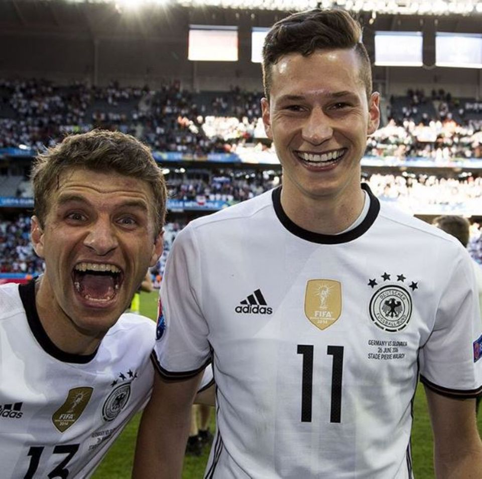 Thomas Müller freut sich mit Julian Draxler auf das Viertelfinale.