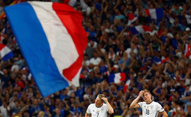 Bastian Schweinsteiger und Toni Kroos können offenbar nicht fassen, dass Antoine Griezmann ein zweites Tor geschossen hat.
