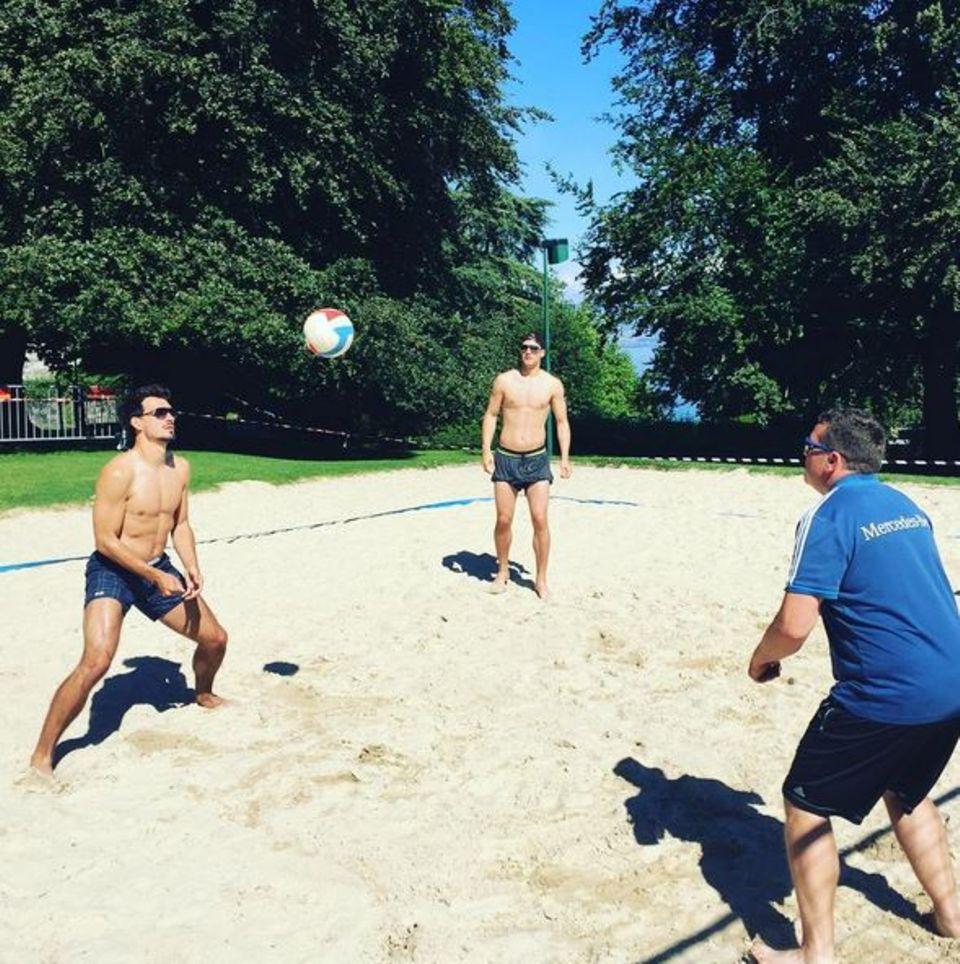 Jogi Löw hat eine Trainingspause angeordnet. Mats Hummels und seine Kollegen vertreiben sich die freie Zeit mit Volleyball.