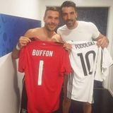 Stolz zeigt Poldi auf seinem Instagramprofil, dass er mit Gianluigi Buffon Trikots getauscht hat.