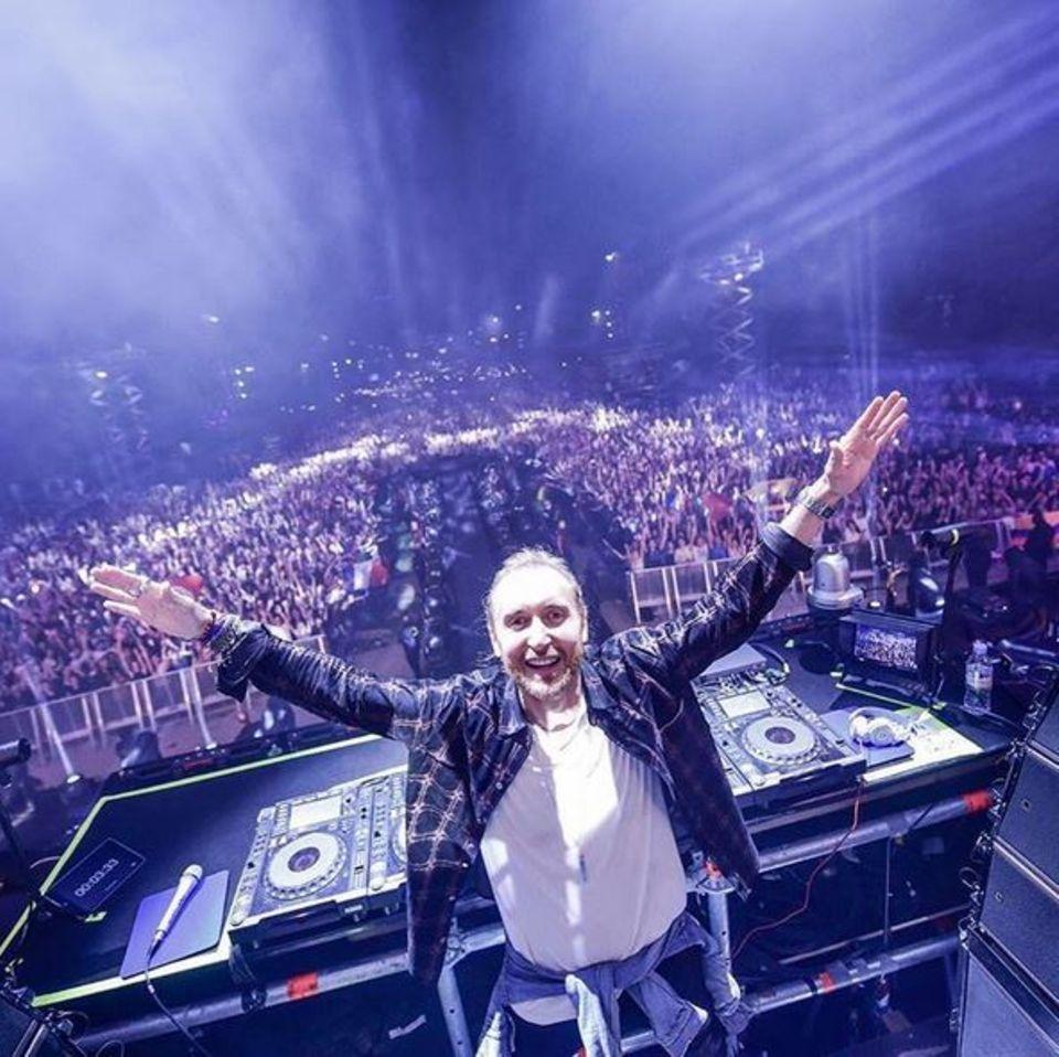 David Guetta ist der Star des Abends. Er heizt der Partymenge in Paris ordentlich ein und ist überwältigt von der grandiosen Stimmung.
