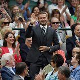 Fast schon majestätisch winkt David Beckham in einem eleganten Dreiteiler seinen Fans zu. Er ist Gast beim Tennis-Turnier im Wimbledon.