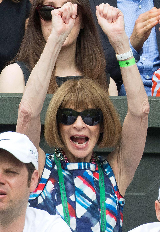 Die sonst eher zurückhaltende Anna Wintour bricht in Jubel aus. Dabei ist die Vogue-Chefredakteurin aber wie immer top gestylt.