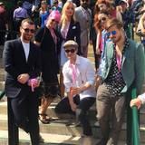 Elegant im Nadelstreifen-Anzug, aber doch sportlich mit T-Shirt und blauen Schnürschuhen zeigt sich der sehr schlanke Sam Smith (l.). Zusammen mit Amber Le Bon, Laura Whitmore, Nicola Roberts und anderen Freunden feiert er am Rande die Eröffnung des Grand-Slam-Turniers.