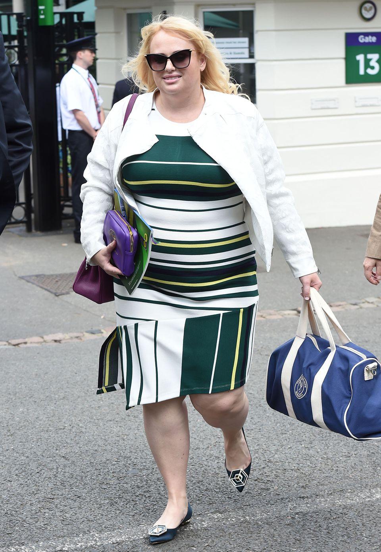 Sportlich gestreift und in den Tennis-Farben Grün und Weiß besucht Rebel Wilson das Wimbledon-Turnier in London.