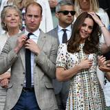 Erst mal schick machen am Spielfeldrand: Prinz William rückt sich die Kravatte zurecht und Herzogin Catherine bringt ihre Haare in Form.