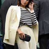 Für die wärmeren Abschnitte des dritten Tages in Wimbledon ließ sich Gemma Arterton eleganter Blazer dann einfach ausziehen und über die Schulter hängen.