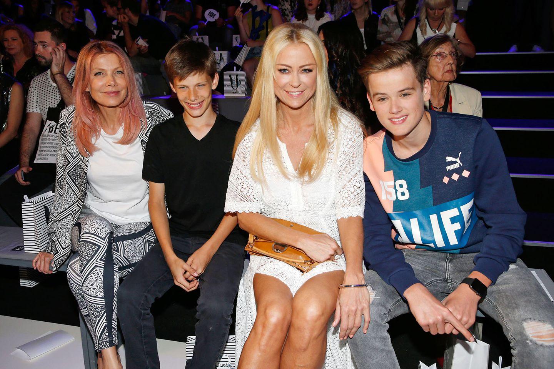 Wow! So groß sind Liam (l.) und Paul (r.), die Jungs von Ursula Karven und Jenny Elvers, schon geworden! Die vier sitzen sie in der ersten Reihe bei Riani.