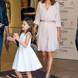 Alexandra Ambrosio und Tochter Anja machen sich vom Gendarmenmarkt aus auf den Weg zur Show von Marc Cain.
