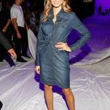 Cathy Hummels zeigt sich bei der Show von Laurèl ganz lässig-elegant im Jeans-Kleid.