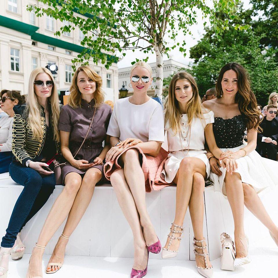 Kuschelstunde in der Frontrow: Mirja du Mont, Eva Padberg, Franziska Knuppe, Cathy Hummels und Johanna Klum (v.l.) sind gemeinsam bei der Show von Marina Hoermanseder.