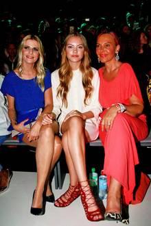 Moderatorin Tanja Buelter, Cheyenne Ochsenknecht und Mama Natascha sehen sich die Minx-Show aus der ersten Reihe an.