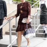 Ruth Moschner kommt besten gelaunt zur Fashion-Show von Ewa Herzog.