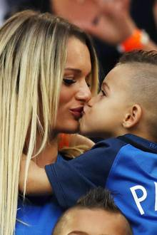 Süße Unterstützung für den französischen Nationalspieler Dimitri Payet: Ehefrau Ludivine Payet küsst Söhnchen Milan.