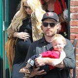 4. April 2013: Tochter Maxwell geht es gut auf dem Arm von Papa Eric Johnson. Die schwangere Jessica Simpson und ihre Mutter Tina folgen den beiden.